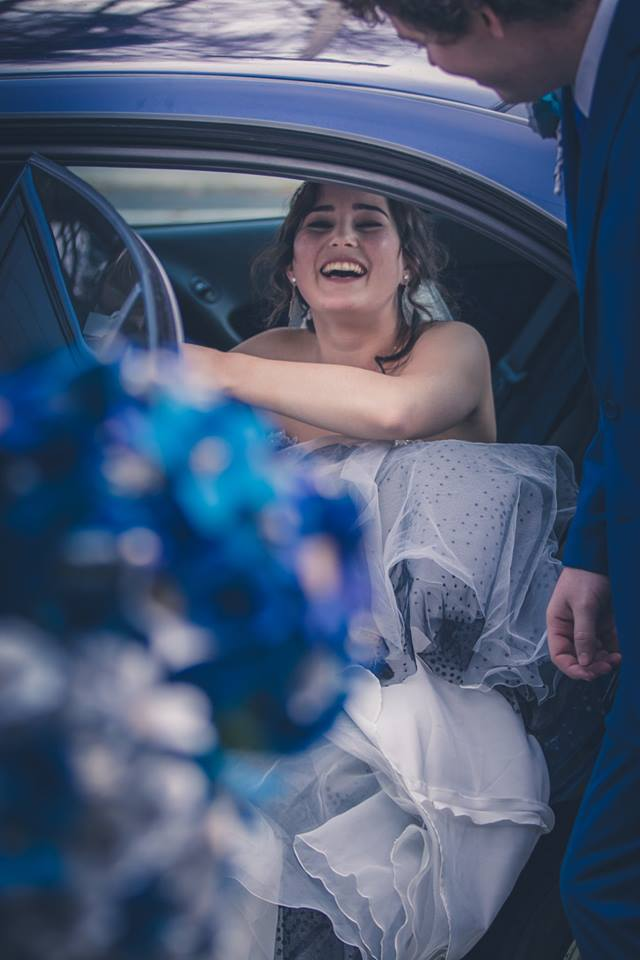 Bride+as+she+emerges+from+the+wedding+car