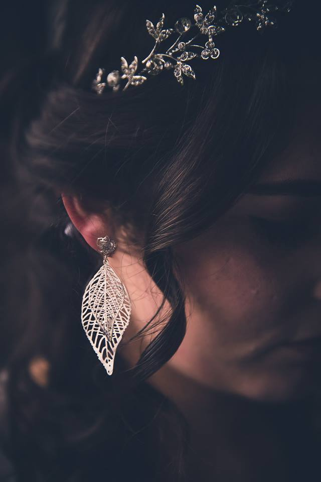 Close+up+of+brides+silver+leaf+earrings