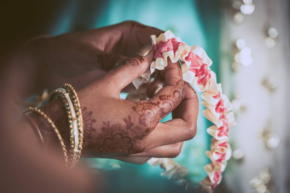 Close+up+photo+of+the+brides+hands+holding+a+garter