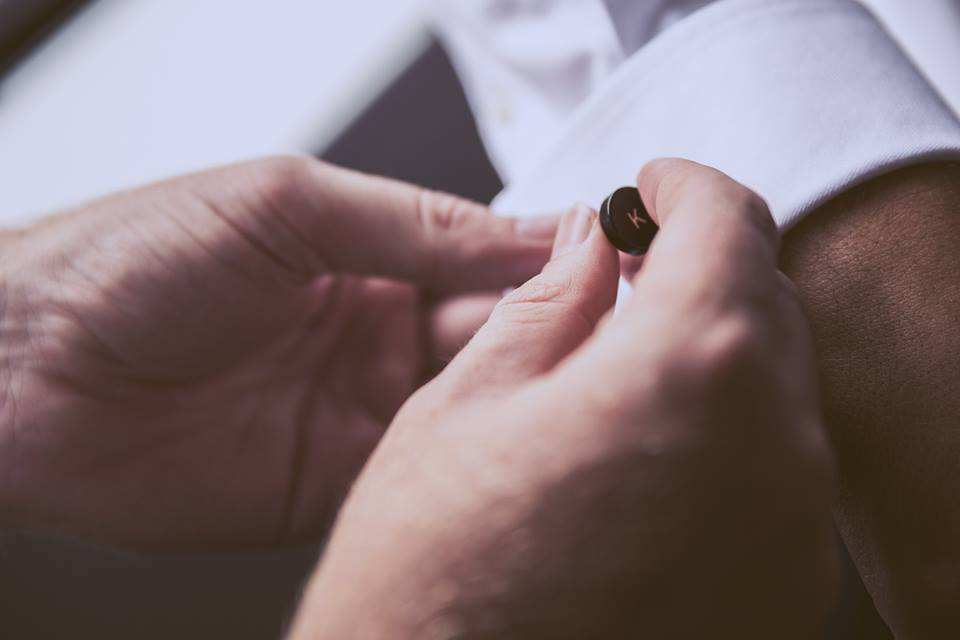Helping+the+groom+with+his+cufflinks